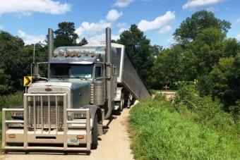 Történelmi híd szakadt le egy kamion alatt