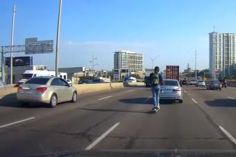 Villanyrollerrel az autópályán? Nem okos, nagyon nem az!