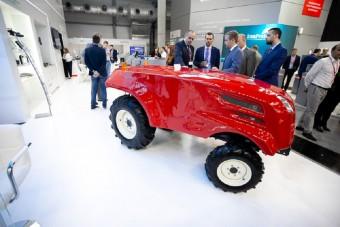 Önvezető traktorral sokkolják az oroszok a világot