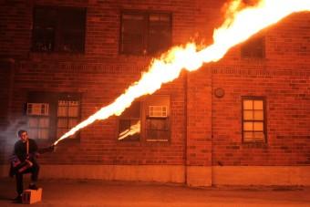 Lángot is szór az autóalkatrészekből készült gitár