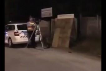 Két magyar srác videóra vette, ahogy hangosan beszólnak egy traffizó rendőrnek