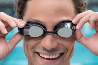 Nem csak a víz ellen véd ez az úszószemüveg