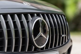 Ügyeskedett a dízelekkel, 290 milliárd forintra büntették a Daimlert