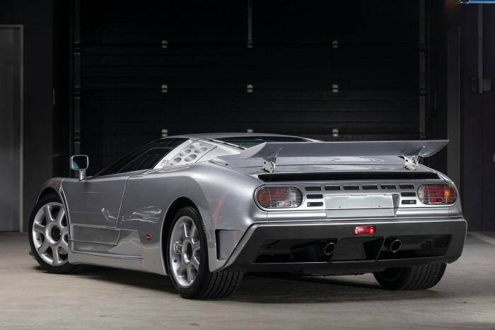 Száztízzel nyomul a legújabb Bugatti 2