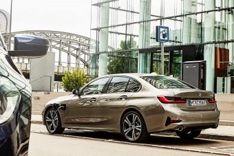 40 lóerővel izmosabb a BMW 330e