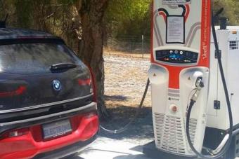 Dízelgenerátorral működik e-autó-töltőpont Ausztráliában