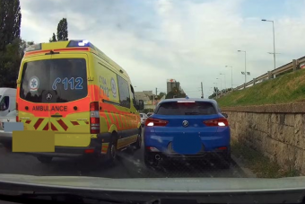 Videóra vettek egy mentő mögött előrelopakodó autóst