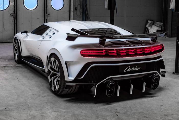 Száztízzel nyomul a legújabb Bugatti 3