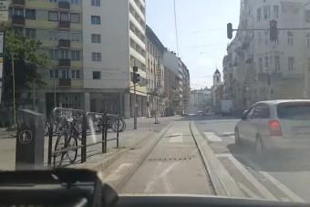 Magyar mentősön pörög az egész internet