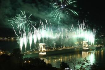 Zseniális fotókat lőttek az ünnepi tűzijátékról