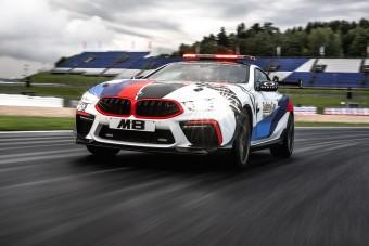 M8-as BMW vigyáz a biztonságra a leggyorsabb motorok előtt
