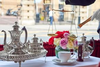A királynő szomszédjában a teát is aranyáron mérik