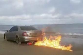 Felgyújtotta Mercedesét a netes