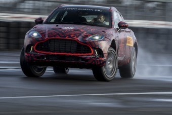 540 lóerővel, keresztben érkezik az Aston Martin DBX