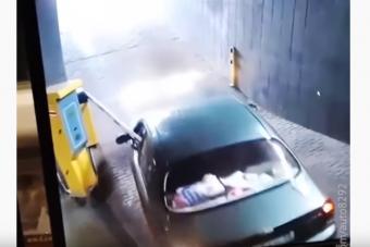 A sorompó és az autós kegyetlen küzdelméből a sorompó került ki győztesen