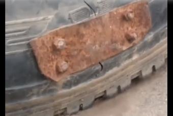 Így lehet gumit javítani egy rozsdás vaslemezzel és négy csavarral