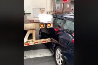 Fájdalmas pusztítást végzett a szűk utcára hajtó kamionos