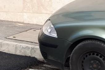 Aszfaltoztak Pécsen, egy autó pedig rossz helyen állt, de sikerült megoldani