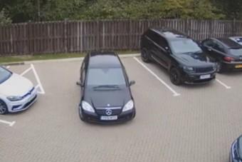 Sírva röhögős bénázást adott elő ez a parkoló autós