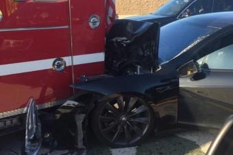 Tűzoltónak rohant a teslás, aki reggelizett az autóban