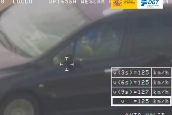 Rubik-kockát rakott vezetés közben egy autós