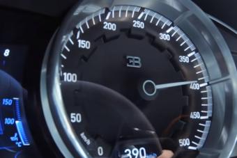 Végre látjuk mire képes padlógázon a Bugatti Chiron