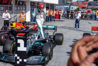 F1: A Red Bull lökte Hamiltont a Mercedes karjaiba