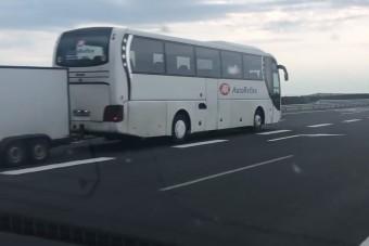 Horrorvontatás: egy külföldi rendszámos busz 19-re húzott lapot az M3-ason