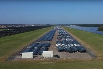 Mit keresnek egy katonai reptéren a vadiúj Mercedesek?