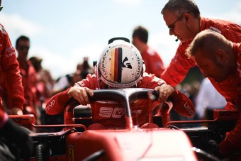 F1: A Ferrari nem hagyja a gödörben Vettelt