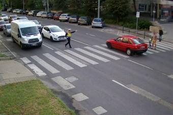 A rendőr orra előtt csúszott vészfékezve a zebrára a kecskeméti autós, nem is ússza meg