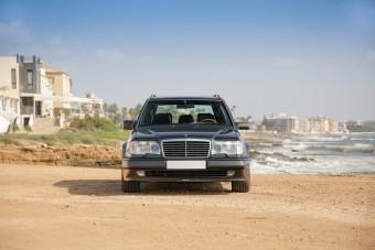 Ennek az öreg Mercedesnek utazhatunk a csomagtartójában 250 km/órával legálisan