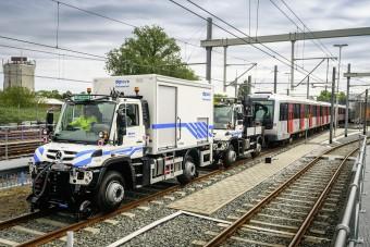 Teherautók vontatják a metrókat Amszterdamban