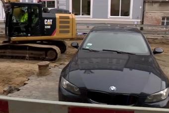 Körbeásták a melósok az otthagyott autót, de a helyiek nem röhögnek