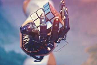 Egyszerre ijesztő és csodálatos, ahogy ez a robotkéz kirakja a Rubik-kockát