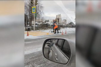 Újabb orosz gyöngyszem, hóra festették fel a zebrát a melósok