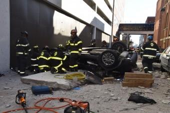 Parkolóházból zuhant ki egy autó
