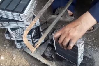 Kézműves munkával újítják fel a kukába dobott akkumulátorokat