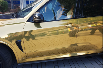 Túl fényes volt, ezért csaptak le a rendőrök az aranyfóliás BMW-re