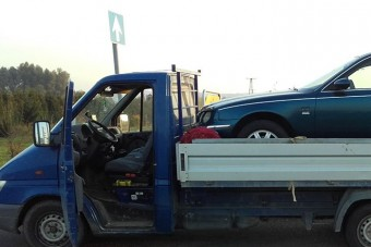 Nem semmi, hogyan tette fel a kocsit a platóra a magyar furgonos