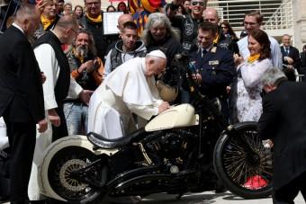 Kalapács alá került a motor, amelyet maga Ferenc pápa dedikált