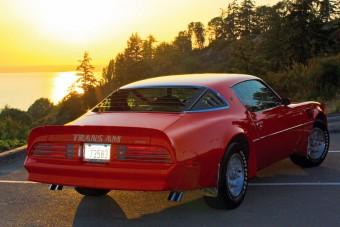A Pontiac Firebird V8-as motorját hallani kell