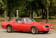 A Pontiac Firebird V8-as motorját hallani kell 1