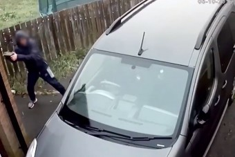 Ismét itt egy IQ-harcos, aki téglával próbál feltörni egy autót