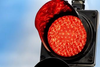 Pirosnál álló autóba hajtott Laci. Felmentette a bíróság