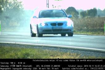 Egymás után kétszer szaladt bele a traffiba a BMW-s a 47-esen, nem is kevéssel