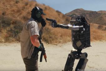 Félelmetes a fegyvert rántó robot, szerencse, hogy ügyes kamu