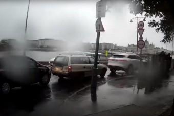 Telefont nyomkodó autós tartotta fel a forgalmat a Margit hídnál