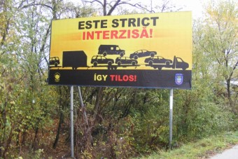 Plakátokon üzen a magyar rendőrség a román horrorkaravánosoknak