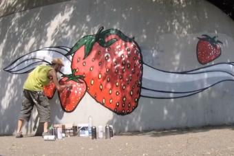 Gyümölcsrajzokkal irtja a náci falfirkákat egy olasz művész